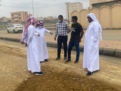 """""""رئيس بلدية أبوعريش"""" يتجول على المواقع التي تضررت بسبب الحالة المطرية .."""