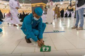 شؤون الحرمين تزيل ملصقات التباعد الجسدي من جميع المواقع بالمسجد الحرام